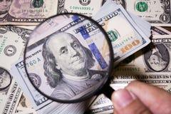 Powiększać - szkło kłama na amerykańskich dolarach zdjęcia royalty free