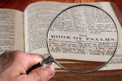Powiększać - szkło na Sławnym biblia rozdziale psalmy obraz royalty free
