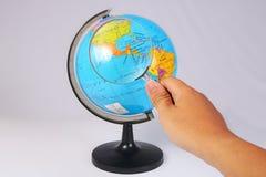 Powiększać - szkło na Ziemskiej kuli ziemskiej na bielu Zdjęcia Stock