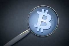 Powiększać - szkło z bitcoin znakiem Zdjęcia Stock