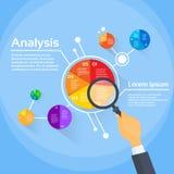 Powiększać - szklany biznesmen ręki analizy finanse Obrazy Stock