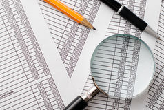 Powiększający na górze raportów - szkło, pióro i ołówek, Fotografia Royalty Free