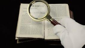 Powiększający obiektyw biblię starą wyszukuje zdjęcie wideo
