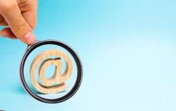 Powiększający - szkło jest przyglądający Internetowa korespondencja, komunikacja na internecie Email ikona na błękitnym tle obraz royalty free