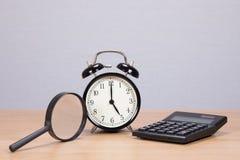 Powiększający - szkło, kalkulator i budzik, zdjęcia royalty free