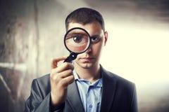 powiększający target16_0_ detektywistyczny szkło obrazy stock