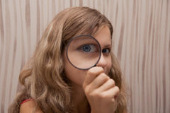 powiększający target659_0_ dziewczyny szkło Obrazy Royalty Free