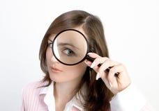 powiększenie szkła młodych kobiet Obraz Stock