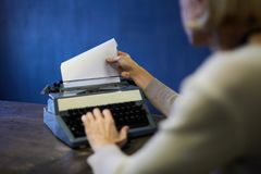 Powieściopisarz Używa maszynę do pisania obraz stock