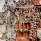 Powierzchnia ściana z odłupanymi cegłami i cementem obrazy stock