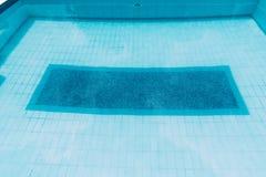 Powierzchnia błękitny pływacki basen, tło woda w pływackim basenie obraz stock