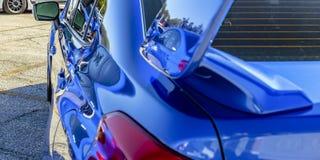 Powierzchowność błękitny samochód odbija światło słoneczne zdjęcie royalty free