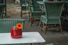 Powierzchowność bufet z stołami i krzesłami w London obraz royalty free