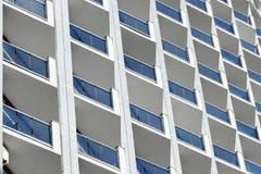 Powierzchowność drapacza chmur budynek z błękitnymi betonów rozdziałami i okno Przemysłowy miastowy tło z wielostrzałową teksturą zdjęcie royalty free