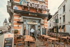 Powierzchowność dziejowy bar z znaka firmowego imienia Leffe piwem i plenerowymi cukiernianymi stołami zdjęcia royalty free