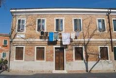 Powierzchowność fasada budynek mieszkalny z myjącym odzieżowym wiszącym outside w Murano, Włochy zdjęcia stock