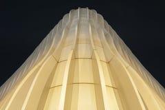 Powierzchowność nowożytna architektura przy nocą zdjęcie stock