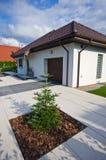 Powierzchowność nowożytny dom z elegancką architekturą obrazy stock