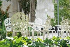 Powierzchowność ogród z białego metalu klasyczną dekoracją i taras Krzesła, kwiaty i opróżniają kopii przestrzeń Obrazy Stock
