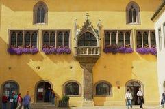 Powierzchowność urzędu miasta budynek z gothic okno w Regensburg, Niemcy Zdjęcie Royalty Free