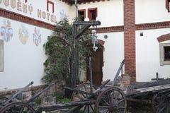 Powieszenia i kościec blisko hotelu w Detenice zdjęcie stock