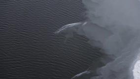 Powietrze strzału plandeka w górę zamarzniętej rzeki z lodowymi warstwami zbiory