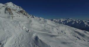 Powietrzna ankieta grupa ludzi przychodzi góra w zimie zdjęcie wideo