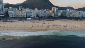 Powietrzna ankieta panorama plaża Copacabana i plażowy obszar zamieszkały Rio De Janeiro Shevelev zdjęcie wideo