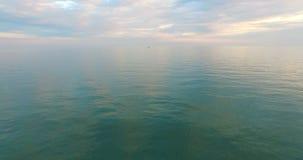 Powietrzna ankieta wodna powierzchnia morze pod chmurnym niebem zbiory