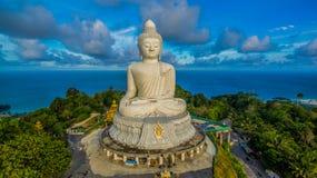 Powietrzna fotografia biały wielki Phuket's duży Buddha w niebieskim niebie Obrazy Stock