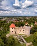 Powietrzna fotografia Cesis kasztel w Latvia, Europa na Pogodnym jesień dniu, Dramatycznym niebie, pojęciu podróż i pokoju w harm fotografia royalty free