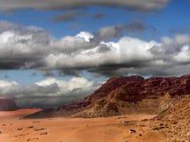Powietrzna fotografia ciemny dramatyczny niebo z dużo chmurnieje nad pustynnym wadiego rumem w Jordania, łączący wizerunek, brać  obrazy royalty free