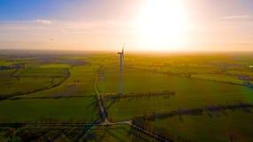 Powietrzna fotografia silnik wiatrowy w wsi przy zmierzchem zdjęcia stock
