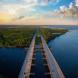 Powietrzna fotografia St Johns rzeka i Międzystanowy I4 w Floryda Obrazy Stock