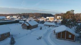 Powietrzna fotografia zimy cha?upy ugoda w lesie zbiory