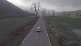Powietrzna klamerka nad samochodową drogą zdjęcie wideo
