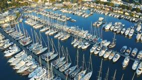 Powietrzna komarnica nad łodziami i jachtami cumował w porcie na widok zdjęcie wideo