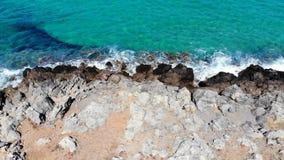 Powietrzna komarnica nad kamienistą plażą i błękitnym morzem, Crete Grecja zbiory