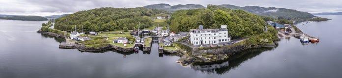 Powietrzna linia horyzontu piękna historyczna schronienie wioska Crinan Zdjęcia Stock