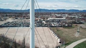 Powietrzna orbita Wokoło wierzchołka Biały zawieszenie most zdjęcie wideo