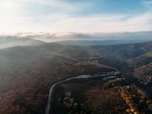 Powietrzna panorama asfaltowa droga w góra krajobrazie, trutnia widoku z góry, podróży i podróży, obraz stock