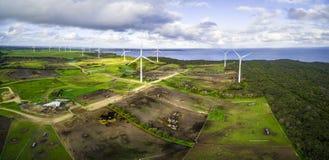 Powietrzna panorama burzowe chmury nad silniki wiatrowi i paśniki na oceanu brzeg Obrazy Royalty Free