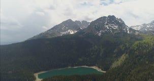 Powietrzna panorama góry i jeziora zbiory wideo