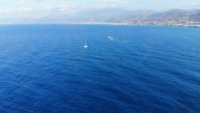 Powietrzna panorama na błękitnym morzu i małym białym jachcie żegluje daleko od, Crete, Grecja zdjęcie wideo