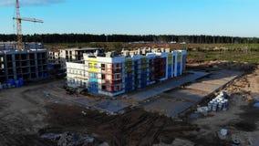Powietrzna panorama na budowie, budujący żurawia i dom na odpady ziemi; zbiory