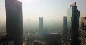 Powietrzna sceneria budynki biurowi na mgłowym dniu zbiory