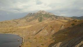 Powietrzna strzelanina piękna lis zatoka w Crimea Zadziwiająca antena strzelał rockowa formacja w Crimea Lot nad skałami i zbiory wideo