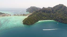 Powietrzna truteń fotografia ikonowa tropikalna plaża i kurorty na Phi Phi wyspie i Yong Kasem zatoce dzwoniących Małpujemy plażę Zdjęcia Royalty Free