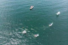 Powietrzna truteń fotografia młodzi nastolatkowie na małych żeglowanie łodziach współzawodniczy w regatta przy śródziemnomorskim  obraz stock