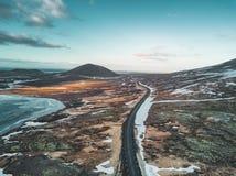 Powietrzna truteń fotografia pusta jeziora i ulicy autostrada 1 z ogromnym powulkanicznym halnym Snaefellsjokull w odległości obraz stock